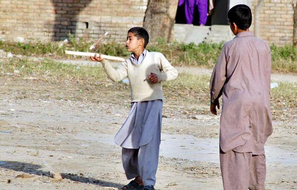 Pakistani_Kids_Playing_with_Guli_Danda.jpg
